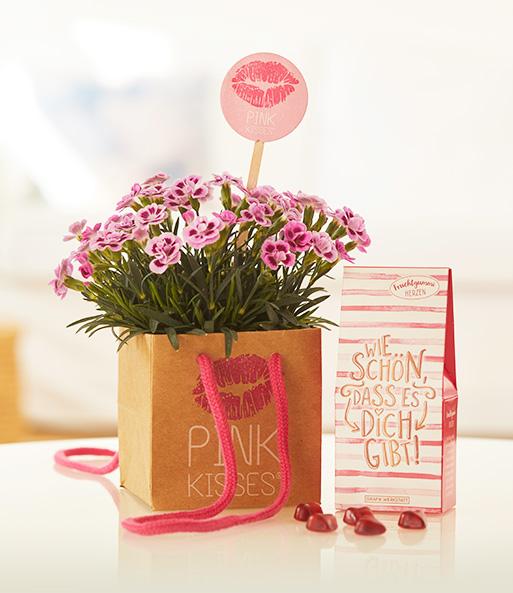 Mit dem Friendset von Herzen mit einer Pink Kisses® Mininelke mit Fruchtgummi-Herzen in Geschenkverpackung zeigst Du deiner BFF wie wichtig sie dir ist und pflegst eure Mädelsfreundschaft mit diesem süßen Geschenk