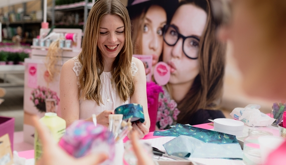 Maike vom Blog kreativfieber zeigt, wie ein individuelles Geschenkkörbchen für die beste Freundin gebastelt werden kann