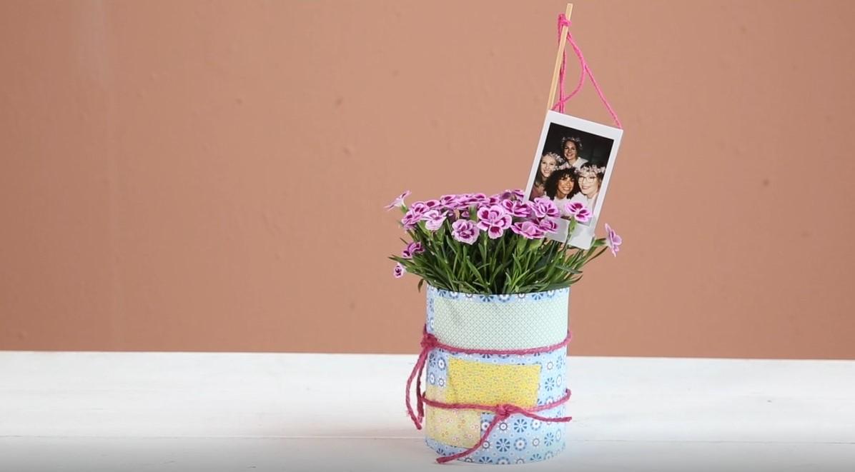 Fretiger Blumentopf aus einer Konservendose mit Foto-Stecker