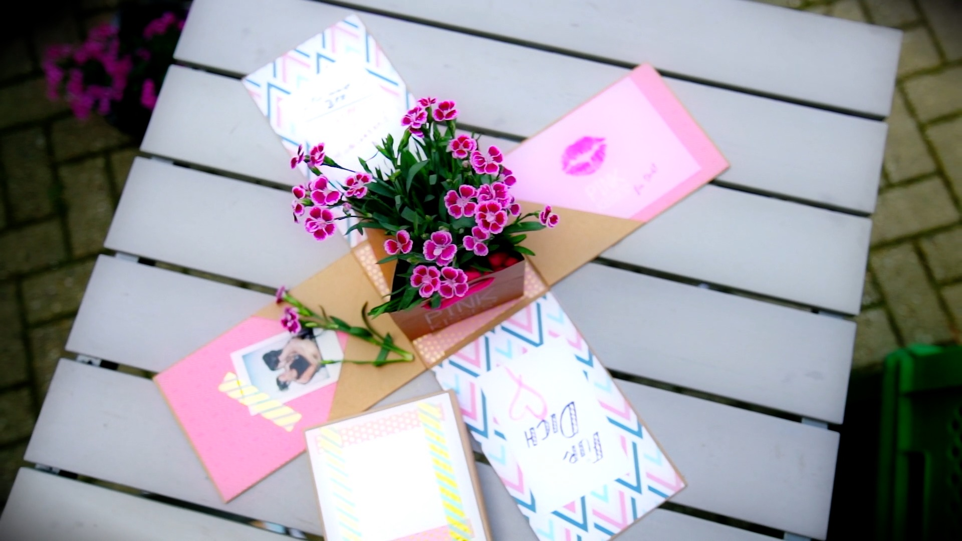 Offene Pop-Up-Box mit Pink Kisses