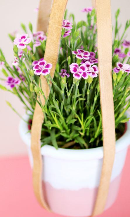 Selbstgemachte Blumenampel mit Lederriemen