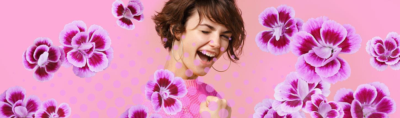 Junge Frau freut sich über ihren Pink Kisses Gewinn
