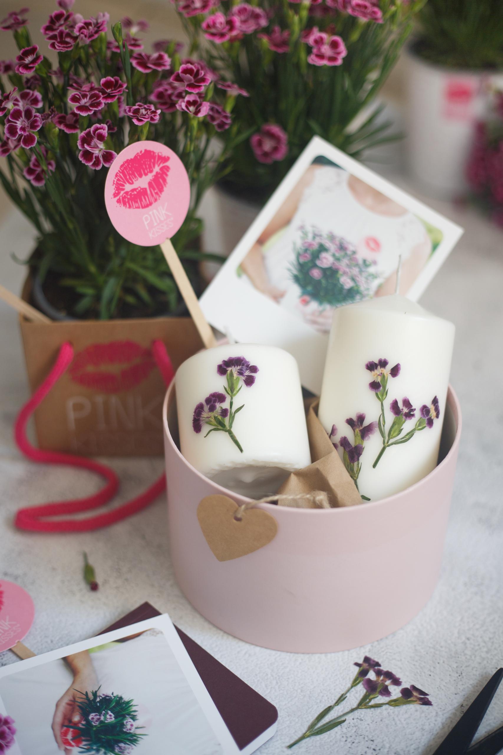 Kerzen mit getrockneten Pink-Kisses-Blüten in einer Geschenkschachtel